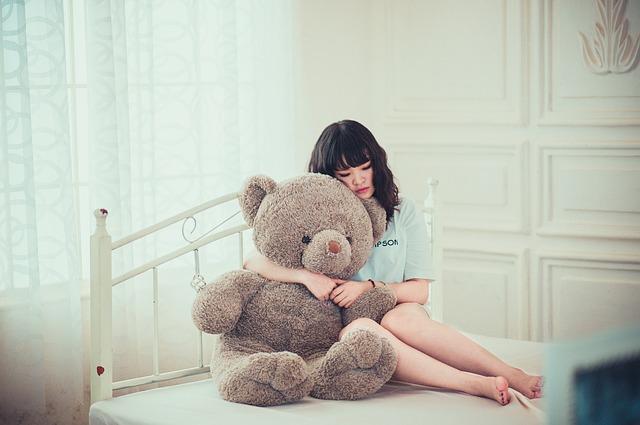 dívka s plyšovým medvědem