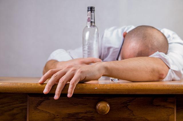 muž pod vlivem alkoholu
