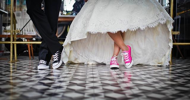 nevěsta a ženich v keckách