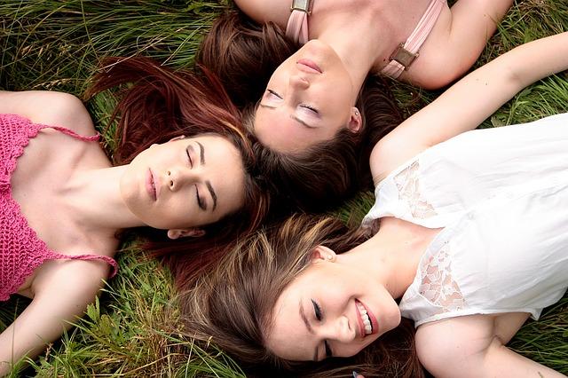 odpočívající dívky