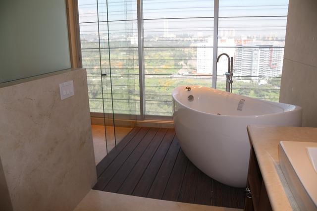 prosklená koupelna