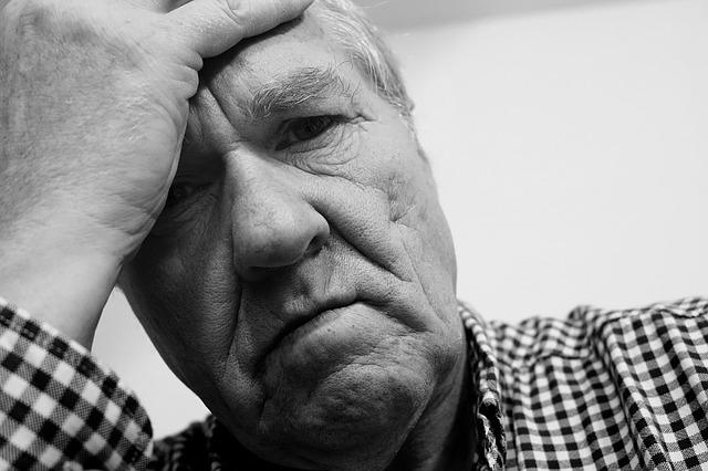 starší muž v depresi